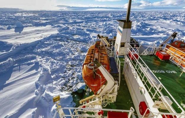 Nave imprigionata dal ghiaccio in Antartica