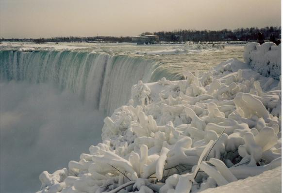 ice_at_niagara_fal_galleryfull