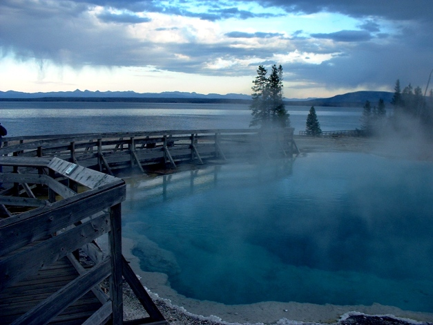 Black_Pool_and_Yellowstone_Lake